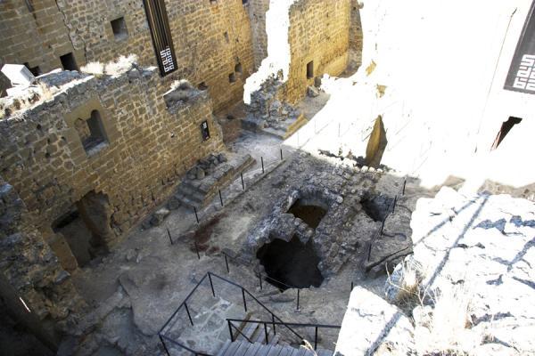 Interior del castillo donde se puede ver el aljibe para el suministro de agua Interior del castillo , creada por Juan Carlos Iguaz Esteban el 29/07/2011