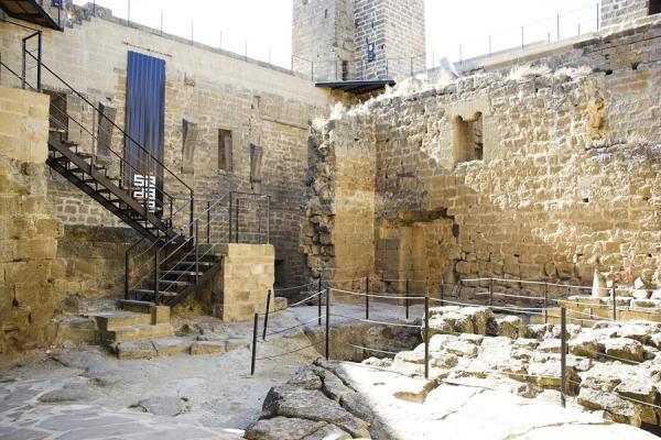 Vista del interior del castillo donde se aprecian los restos de las naves laterales Interior del castillo , creada por Juan Carlos Iguaz Esteban el 02/08/2011